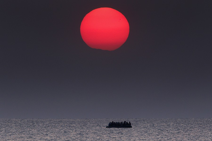A overcrowded inflatable boat with Syrian refugees drifts in the Aegean sea between Turkey and Greece after its motor broke down off the Greek island of Kos / Yannis Behrakis, Thomson Reuters - August 11, 2015
