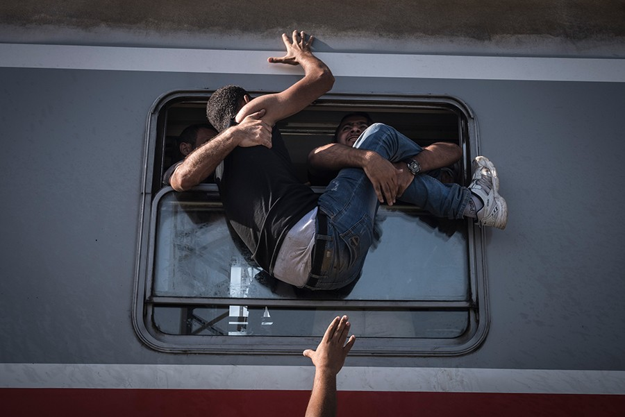 Desperate refugees board the train toward Zagreb at Tovarnik station on the border with Serbia / Sergey Ponomarev, The New York Times - September 18, 2015