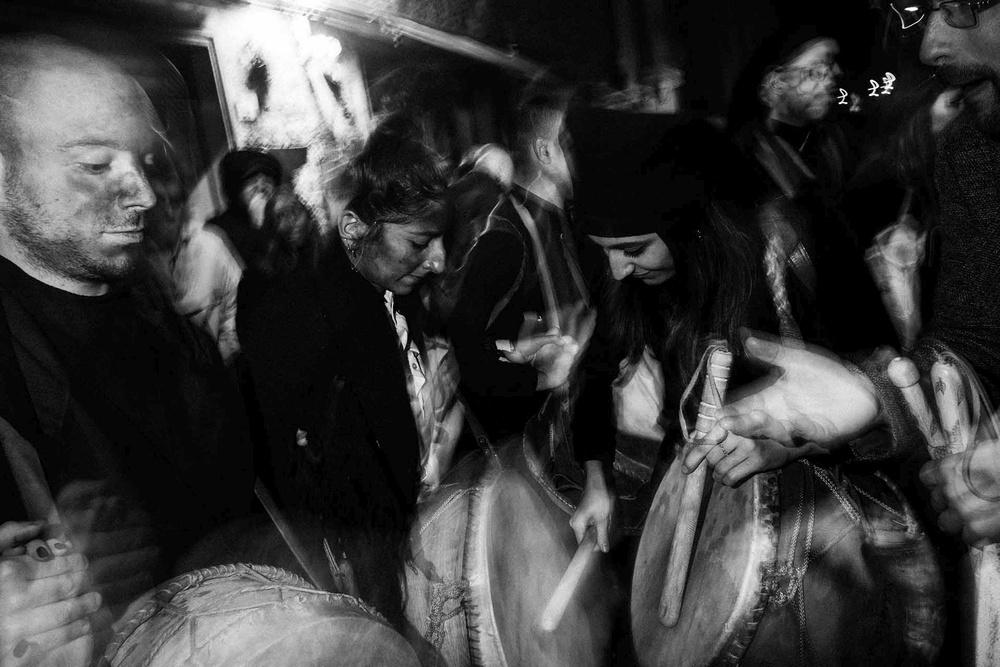 I suonatori di tambure a Gavoi (NU) si esibiscono per strada in una ripresa slow-synch