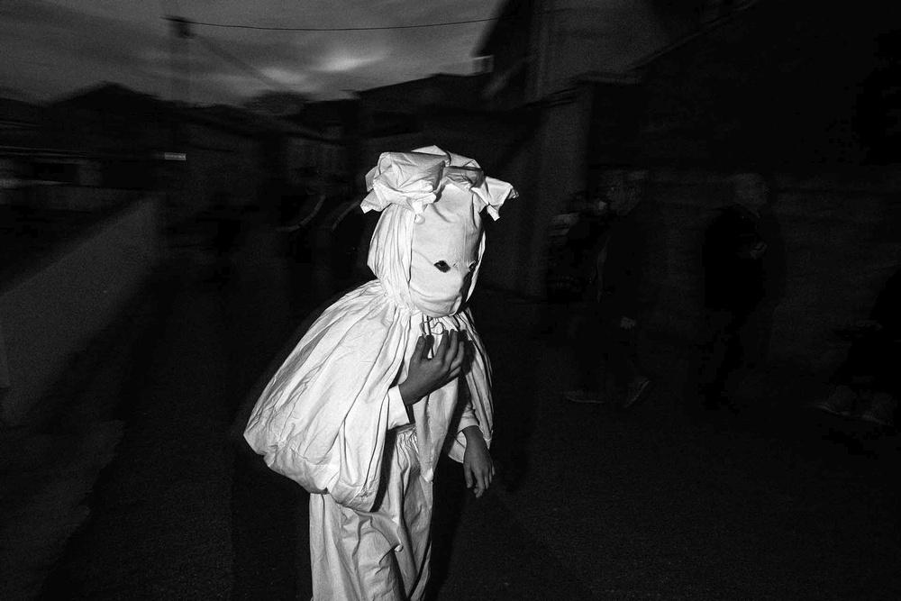 Una maschera realizzata con un lenzuolo si aggira per strada a Aidomaggiore (OR)
