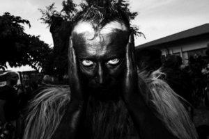 Uomo mascherato con il volto ricoperto di fuliggine a Sorgono