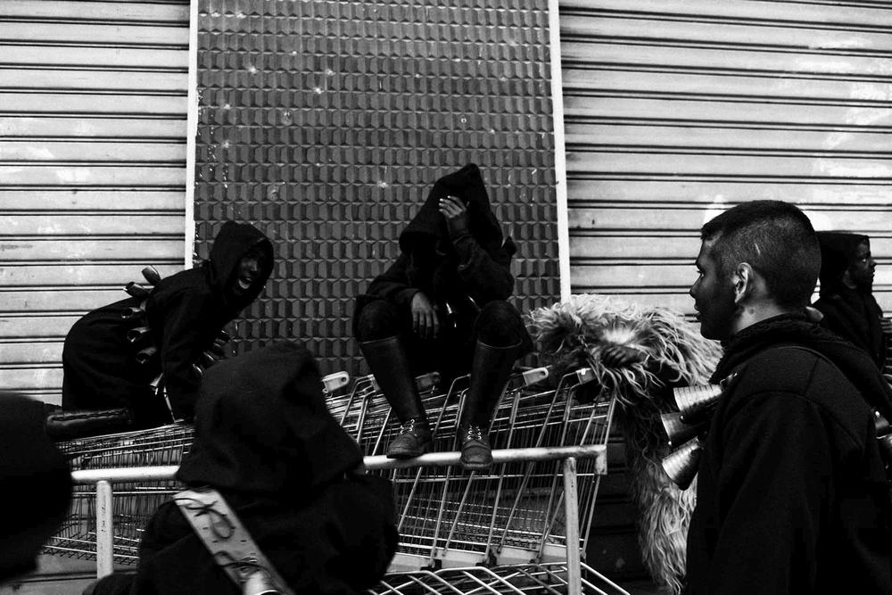 Figuranti travestiti di Urthos e Buttudos sostano seduti sui carrelli del supermercato a Fonni (NU)