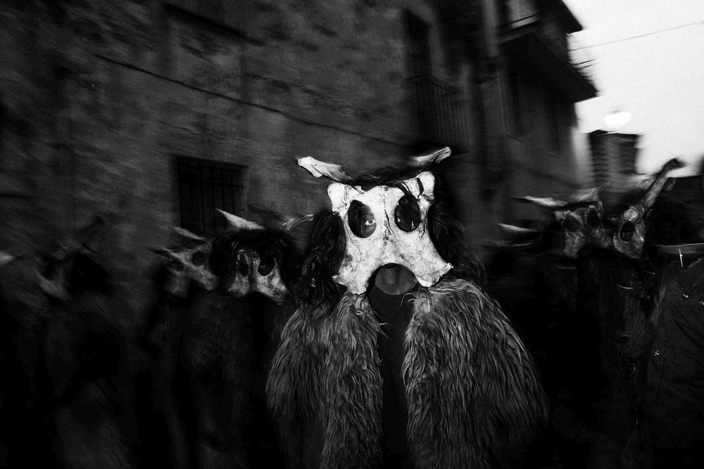 In processione le maschere realizzate con pelle di pecora sono indossate dai figuranti in pelliccia