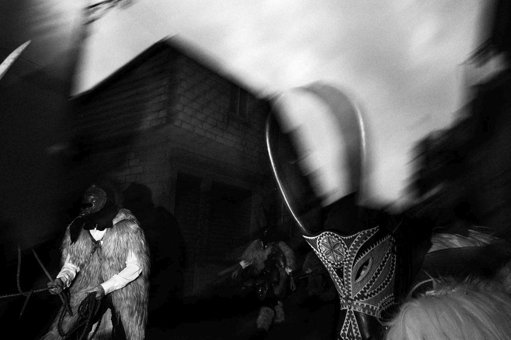Maschere a foggia di animali con becchi e corna sfilano per strada a Ottana (NU)