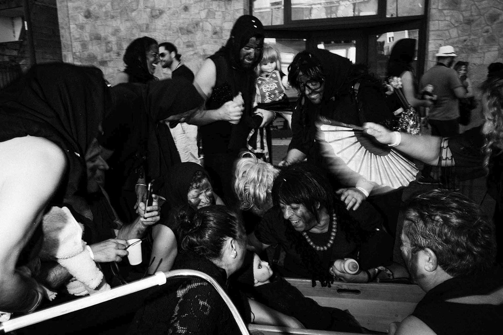 Molti partecipanti mascherati al Carnevale sardo festeggiano per strada a Bosa (OR)