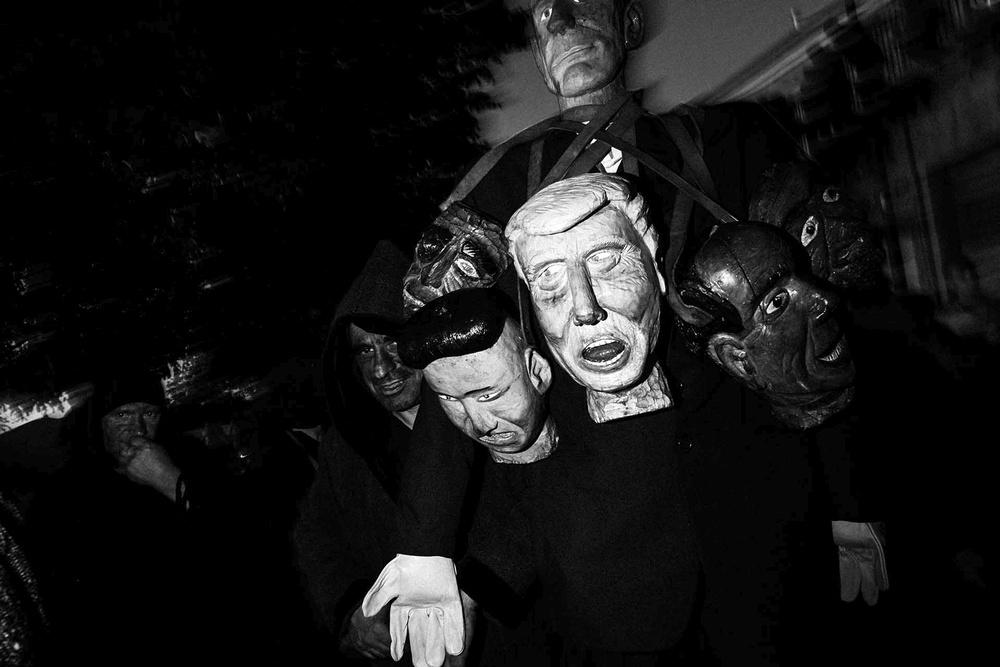 Maschere lignee portate per strada a Lodine (NU) durante il Carnevale sardo