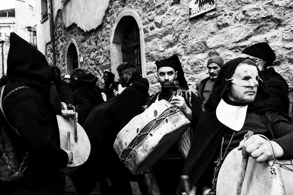 Suonatori di tamburo a pelli si esibiscono per strada a Gavoi (NU)