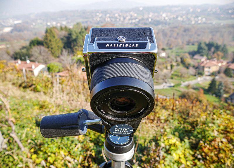 Hasselblad-907X-50C-corpo-macchina-e-monitor