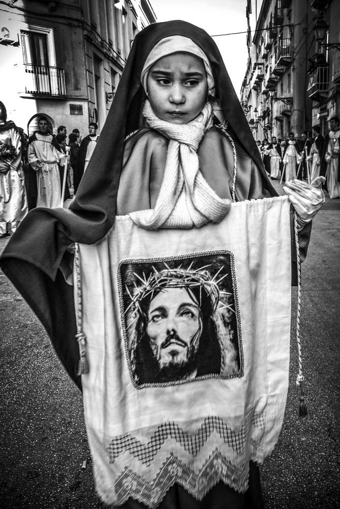 patrizia-galia-intervista-bianconero-sicilia-bambina-con-immagine-cristo
